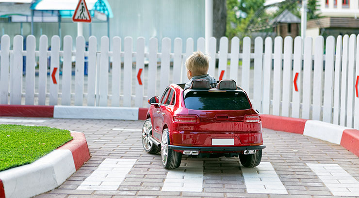 beneficios-coches-electricos-ninos-para-nino-educacion-vial