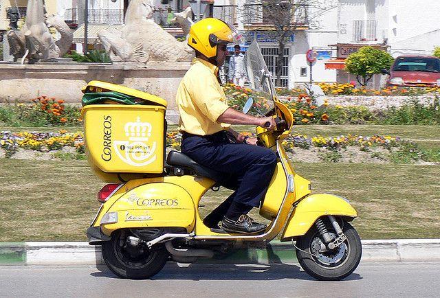moto-vespa-amarilla-correos-cartero